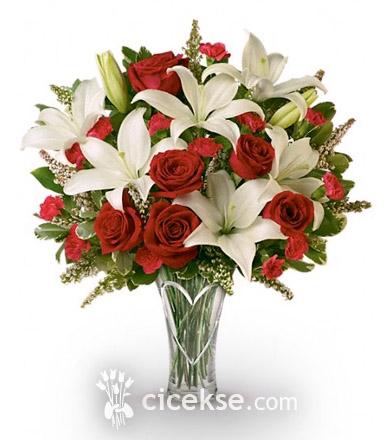Vazoda Kırmızı Gül Beyaz Lilyum