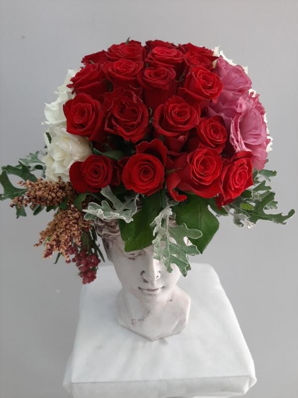 Helen Heykel Vazoda Kırmız Beyaz Güller
