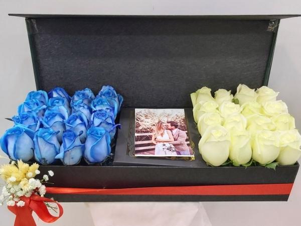Romantik Kutuda Mavi Beyaz Güller