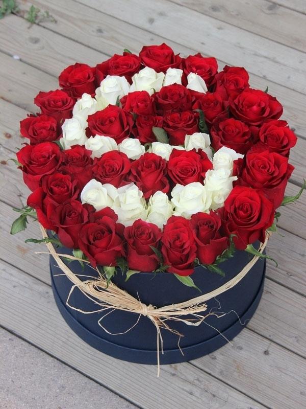Aşkın Baş Harfi Kutuda Kırmızı Beyaz Gül Aranjmanı